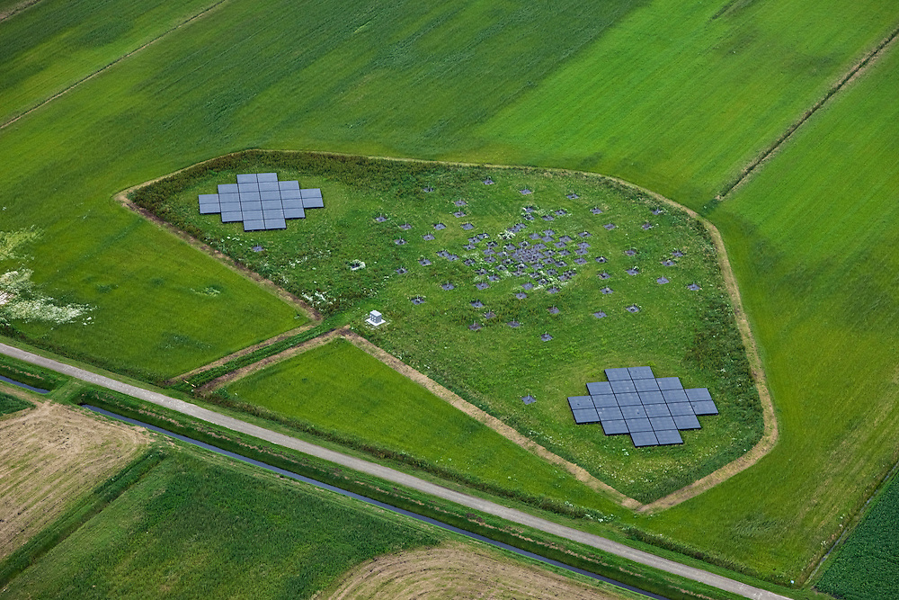 Nederland, Drenthe, Gemeente Borger-Odoorn, 30-06-2011; LOFAR (Low Frequency Array - lage frequentie telescoop), ten noorden van Exloo. Details van het centrale gedeelte van de radiotelescoop. De gehele radiotelescoop bestaande uit vele duizenden aan elkaar gekoppelde antennes welke staan op de grijze tegels. Deze antennes bevinden zich op andere locaties, het geheel wordt beheerd door ASTRON. .LOFAR (Low Frequency Array - Low Frequency telescope), north of Exloo. Central portion of the radio telescope..The entire radio telescope consists of thousands of interconnected antennas, the antennas are located on different sites, all operated by ASTRON..luchtfoto (toeslag), aerial photo (additional fee required).copyright foto/photo Siebe Swart