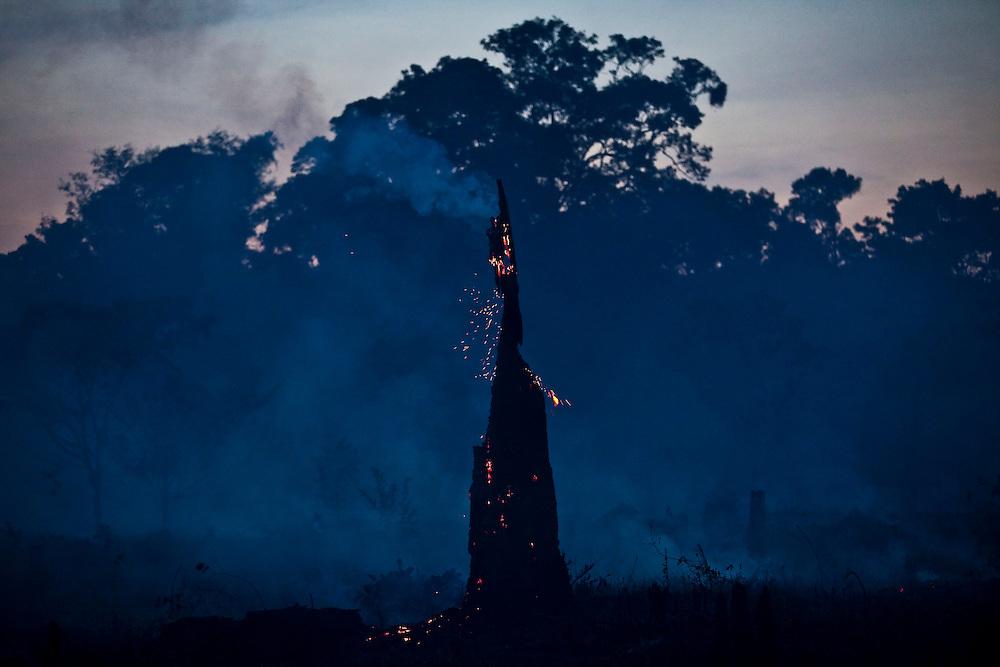 Parintins_AM, Brasil.<br /> <br /> Incendio na Floresta Amazonica em Parintins, Amazonas. <br /> <br /> Fire in Amazon Forest in Parintins, Amazonas.<br /> <br /> Foto: JOAO MARCOS ROSA / NITRO