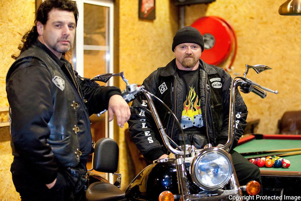 369737-Geelse Motorclub Nomads-enkele ex-leden zijn betrokken bij een onderzoek-Antwerpseweg Geel-Voorzitter Luc Luyckx (muts) en vice-president Paul Fransen