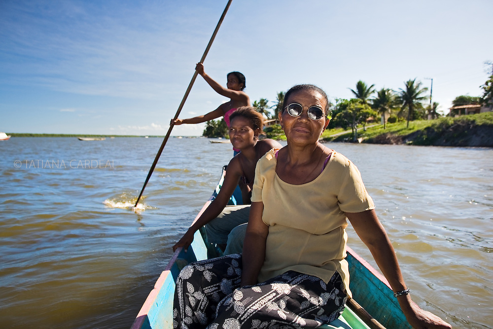 Women from Pontal community travel sometimes more than 3 hours up river in search of preserved free areas. With the privatization of the areas and environmental devastation, they need to go farther each day.