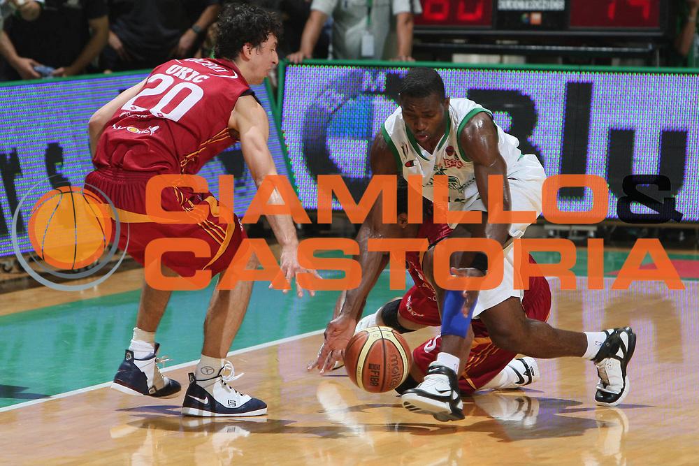 DESCRIZIONE : Siena Lega A1 2007-08 Playoff Finale Gara 2 Montepaschi Siena Lottomatica Virtus Roma <br /> GIOCATORE : Romain Sato<br /> SQUADRA : Montepaschi Siena<br /> EVENTO : Campionato Lega A1 2007-2008 <br /> GARA : Montepaschi Siena Lottomatica Virtus Roma <br /> DATA : 05/06/2008 <br /> CATEGORIA : Palleggio Equilibrio<br /> SPORT : Pallacanestro <br /> AUTORE : Agenzia Ciamillo-Castoria/G.Ciamillo