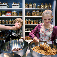Nederland, Amsterdam , 20 oktober 2014.<br /> Niene en Storm graaien naar  pepernoten in De Pepernotenfabriek-Van Delft in de van Woustraat.<br /> Foto:Jean-Pierre Jans
