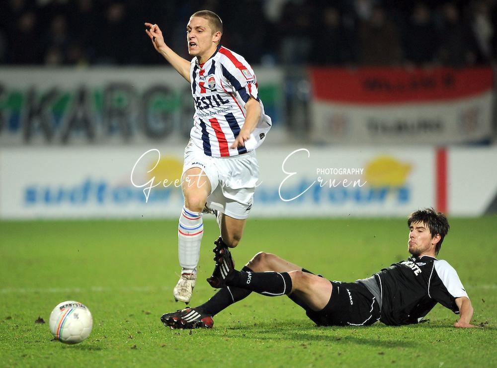 28-02-2009 Voetbal:Willem II:Heracles Almelo:Tilburg<br /> jan Wuytens haalt Jens Janse hard onderuit<br /> Foto: Geert van Erven