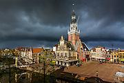 ALKMAAR - 28-04-2016, Waagtoren, donkere wolken, regen, Waagplein, aankleding