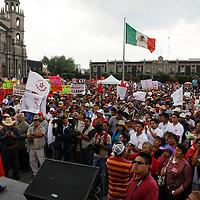 Toluca, México.- Maricela Serrano, lider de Movimiento Antorchista durante la manifestación realizada en la ciudad de Toluca, exigiendo se cumplan los compromisos firmados por el gobernador de la entidad mexiquense durante campaña.  Agencia MVT / Crisanta Espinosa