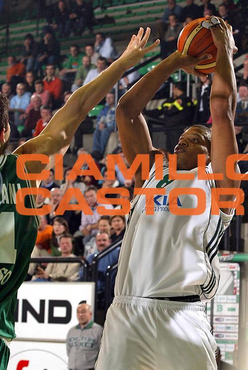 DESCRIZIONE : Treviso Eurolega 2005-06 Benetton Treviso Panathinaikos Atene <br /> GIOCATORE : Batiste <br /> SQUADRA : Panathinaikos Atene <br /> EVENTO : Eurolega 2005-2006 <br /> GARA : Benetton Treviso Panathinaikos Atene <br /> DATA : 01/03/2006 <br /> CATEGORIA : Tiro <br /> SPORT : Pallacanestro <br /> AUTORE : Agenzia Ciamillo-Castoria/E.Pozzo<br /> Galleria : Eurolega 2005-2006 <br /> Fotonotizia : Treviso Eurolega 2005-2006 Benetton Treviso Panathinaikos Atene <br /> Predefinita :