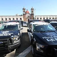 LERMA, Mexico (Septiembre 14, 2016).- José Manzur Quiroga, Secretario General de Gobierno, acompañado del Comisionado Estatal de Seguridad Ciudadana CESC, entrego en el municipio de Lerma, equipo de seguridad, como patrullas y armamento para una mejor seguridad. Agencia MVT. José Hernández.