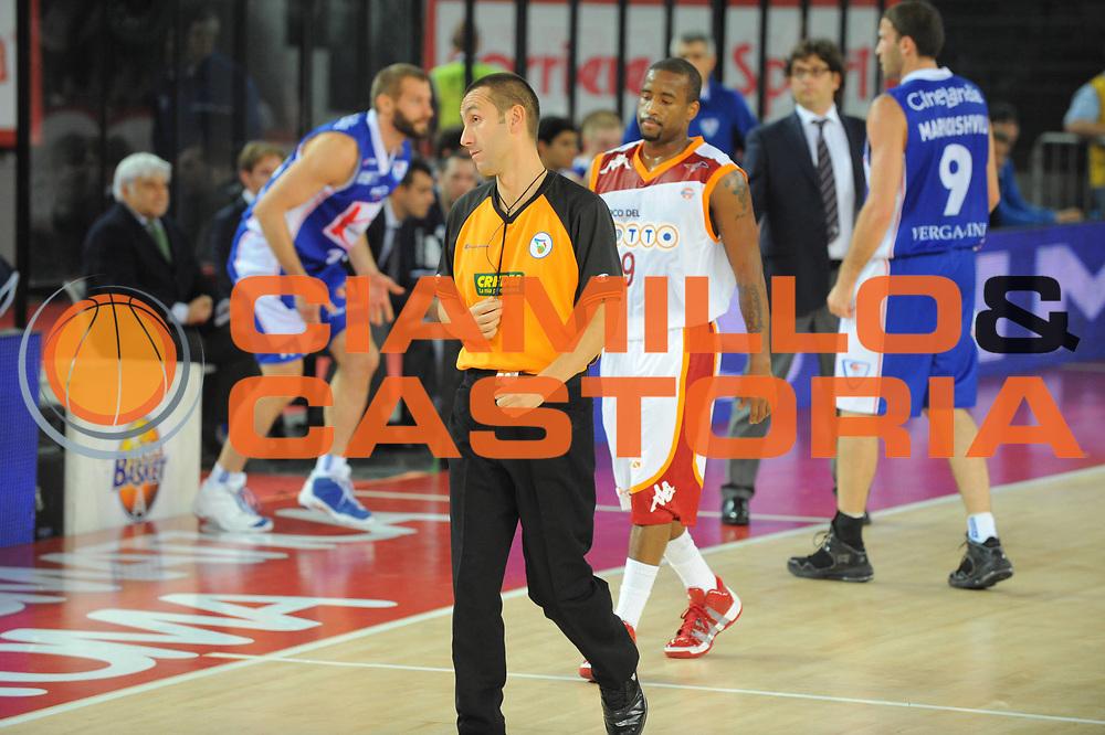 DESCRIZIONE : Roma Lega A 2010-11 Lottomatica Roma Bennet Cantu<br /> GIOCATORE : Arbitro<br /> SQUADRA : Lottomatica Roma Bennet Cantu<br /> EVENTO : Campionato Lega A 2010-2011 <br /> GARA : Lottomatica Roma Bennet Cantu<br /> DATA : 31/10/2010<br /> CATEGORIA : <br /> SPORT : Pallacanestro <br /> AUTORE : Agenzia Ciamillo-Castoria/GiulioCiamillo<br /> Galleria : Lega Basket A 2010-2011 <br /> Fotonotizia : Roma Lega A 2010-11 Lottomatica Roma Bennet Cantu<br /> Predefinita :