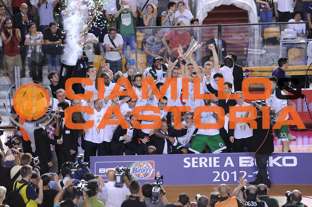DESCRIZIONE : Roma Lega A 2012-2013 Acea Roma Montepaschi Siena playoff finale gara 5<br /> GIOCATORE : Team Siena <br /> CATEGORIA : esultanza premiazione coppa<br /> SQUADRA : Acea Roma Montepaschi Siena<br /> EVENTO : Campionato Lega A 2012-2013 playoff finale gara 5<br /> GARA : Acea Roma Montepaschi Siena<br /> DATA : 19/06/2013<br /> SPORT : Pallacanestro <br /> AUTORE : Agenzia Ciamillo-Castoria/M.Marchi<br /> Galleria : Lega Basket A 2012-2013  <br /> Fotonotizia : Roma Lega A 2012-2013 Acea Roma Montepaschi Siena playoff finale gara 5<br /> Predefinita :