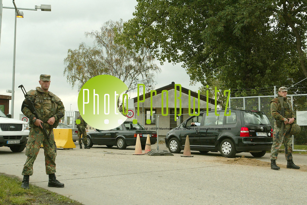 Mannheim. Scharhof. Coleman Barracks. Erh&ouml;hte Sicherheitsstufe am Eingangstor. Ein- und ausfahrende Fahrzeuge werden intensiv &uuml;berpr&uuml;ft. <br /> Bild: Markus Pro&szlig;witz