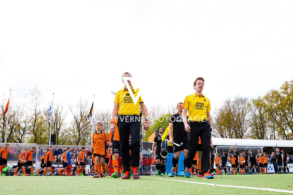 Eindhoven - OZ - HGC Heren, Hoofdklasse Hockey Heren, Seizoen 2015-2016, 30-04-2016, OZ - HGC, de spelers met voorop de scheidsrechters Bart de Liefde en Jonas van 't Hek.