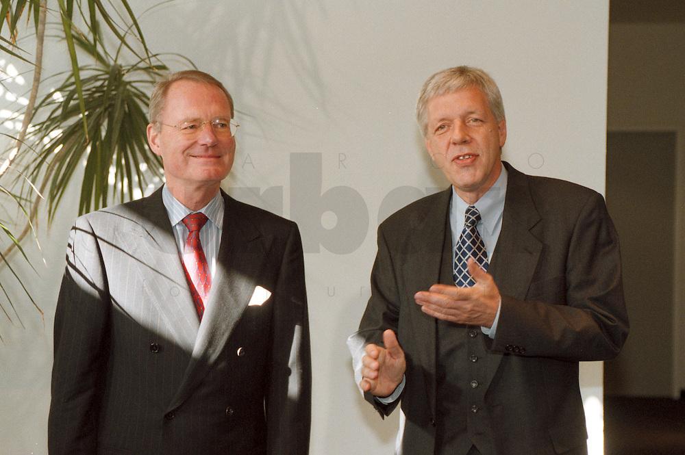 03.11.1998, Deutschland/Bonn:<br /> Hans-Olaf Henkel, BDI, und Werner Müller, Bundeswirtschaftsminister, vor einem Arbeitstreffen, Bundesministerium für Wirtschaft und Technologie<br /> IMAGE: 19981103-02/01-27<br />  <br />  <br />  <br /> KEYWORDS: Werner Mueller