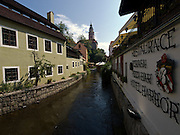 Cesky Krumlov, Krumau/Tschechische Republik, Tschechien, CZE, 26.07.2008: Ausläufer der Moldau in der Altstadt von Cesky Krumlov (Böhmisch Krumau/ Krumau) . Die Hochschätzung dieses Ortes durch inländische und ausländische Experten führte allmählich zur Aufnahme in die höchste Stufe des Denkmalschutzes. Im Jahre 1963 wurde die Stadt zum Stadtdenkmalschutzgebiet erklärt, im Jahre 1989 wurde das Schloßareal zum nationalen Kulturdenkmal erklärt und im Jahre 1992 wurde der ganze historische Komplex ins Verzeichnis der Denkmäler des Kultur- und Naturwelterbes der UNESCO aufgenommen.<br /> <br /> Cesky Krumlov/Czech Republic, CZE, 26.07.2008: Side stream of the Vltava River (Moldau) in the oldtown of Cesky Krumlov, with its architectural standard, cultural tradition, and expanse, ranks among the most important historic sights in the central European region. Building development from the 14th to 19th centuries is well-preserved in the original groundplan layout, material structure, interior installation and architectural detail. Situated on the banks of the Vltava river, the town was built around a 13th-century castle with Gothic, Renaissance and Baroque elements. It is an outstanding example of a small central European medieval town whose architectural heritage has remained intact thanks to its peaceful evolution over more than five centuries.