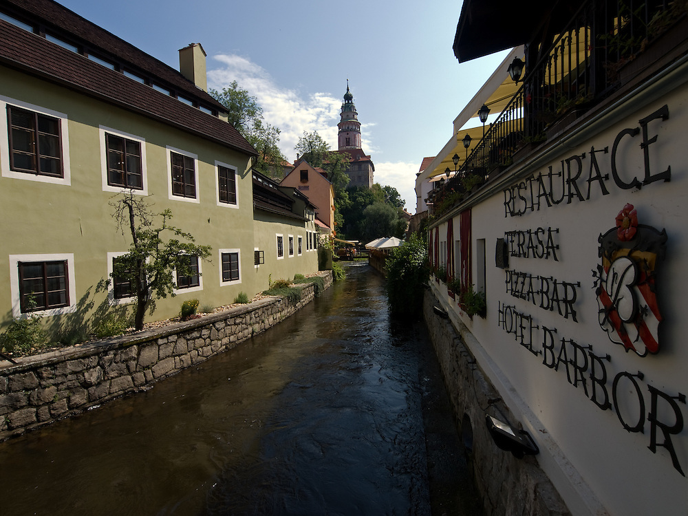 Cesky Krumlov, Krumau/Tschechische Republik, Tschechien, CZE, 26.07.2008: Ausl&auml;ufer der Moldau in der Altstadt von Cesky Krumlov (B&ouml;hmisch Krumau/ Krumau) . Die Hochsch&auml;tzung dieses Ortes durch inl&auml;ndische und ausl&auml;ndische Experten f&uuml;hrte allm&auml;hlich zur Aufnahme in die h&ouml;chste Stufe des Denkmalschutzes. Im Jahre 1963 wurde die Stadt zum Stadtdenkmalschutzgebiet erkl&auml;rt, im Jahre 1989 wurde das Schlo&szlig;areal zum nationalen Kulturdenkmal erkl&auml;rt und im Jahre 1992 wurde der ganze historische Komplex ins Verzeichnis der Denkm&auml;ler des Kultur- und Naturwelterbes der UNESCO aufgenommen.<br /> <br /> Cesky Krumlov/Czech Republic, CZE, 26.07.2008: Side stream of the Vltava River (Moldau) in the oldtown of Cesky Krumlov, with its architectural standard, cultural tradition, and expanse, ranks among the most important historic sights in the central European region. Building development from the 14th to 19th centuries is well-preserved in the original groundplan layout, material structure, interior installation and architectural detail. Situated on the banks of the Vltava river, the town was built around a 13th-century castle with Gothic, Renaissance and Baroque elements. It is an outstanding example of a small central European medieval town whose architectural heritage has remained intact thanks to its peaceful evolution over more than five centuries.