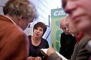 Ruth Peetoom staat na de persconferentie waar de zes kandidaten voor het partijvoorzitterschap van het CDA bekend zijn gemaakt de pers te woord. Peetoom wordt als een van de gootste kanshebbers gezien.<br /> <br /> Ruth Peetoom is answering questions to the press. She is one of the candidates to lead the Christian Democrats party.