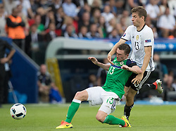 21.06.2016, Parc de Princes, Paris, FRA, UEFA Euro 2016, Nordirland vs Deutschland, Gruppe C, im Bild Corry Evans (NIR), Thomas Mueller (GER) // Corry Evans (NIR) Thomas Mueller (GER) during Group C match between Nothern Ireland and Germany of the UEFA EURO 2016 France at the Parc de Princes in Paris, France on 2016/06/21. EXPA Pictures © 2016, PhotoCredit: EXPA/ JFK