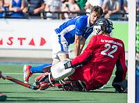 UTRECHT - Robbert Kemperman (Kampong) met rechts Jan de Wijkerslooth (A'dam)   tijdens   de finale van de play-offs om de landtitel tussen de heren van Kampong en Amsterdam (3-1). Kampong kampioen van Nederland. COPYRIGHT  KOEN SUYK