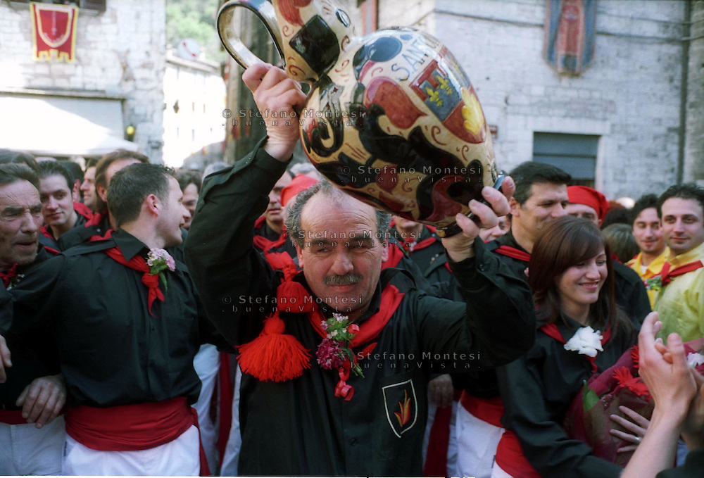 """Gubbio 15 MAY 2004..Festival of the Ceri..The parade the ceraioli of  ceraioli of St Anthony and the """"capodieci"""" with the pitcher....http://www.ceri.it/ceri_eng/index.htm.."""