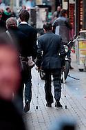 AMSTERDAM - In het Tuschinski Theater is de Nederlandse Triller 'Daglicht' in Premiere gegaan. Met op de foto  Tom van Landuyt die op krukken loopt. FOTO LEVIN DEN BOER - PERSFOTO.NU
