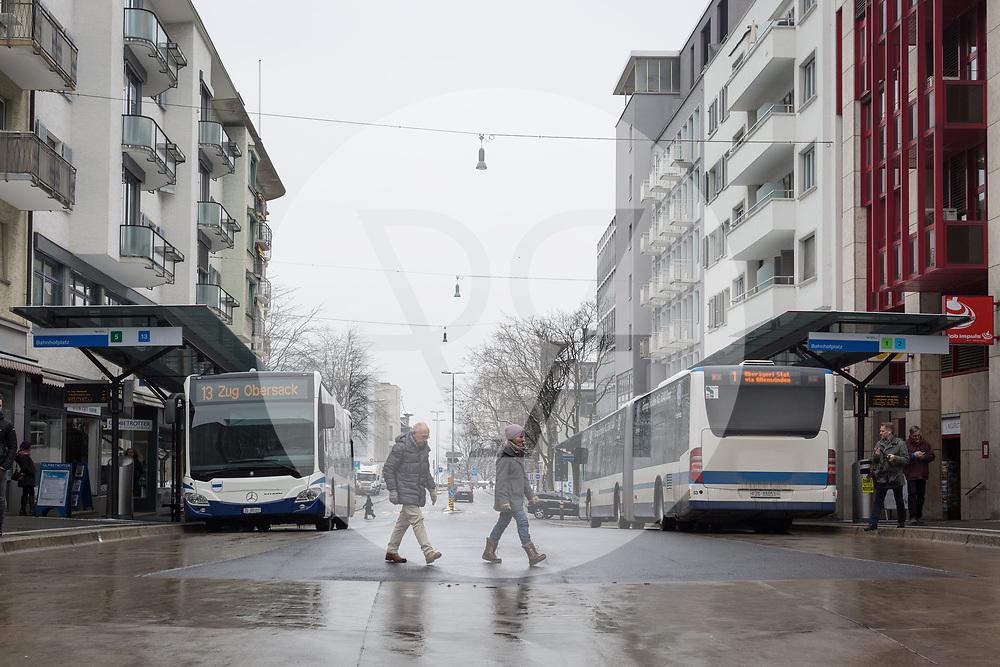 SCHWEIZ - ZUG - Bushaltestelle Bahnhofsplatz - 01. März 2018 © Raphael Hünerfauth - http://huenerfauth.ch