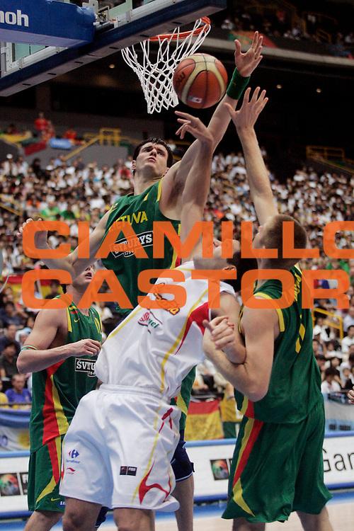 DESCRIZIONE : Saitama Giappone Japan Men World Championship 2006 Campionati Mondiali Spain-Lithuania <br /> GIOCATORE : Lavrinovic <br /> SQUADRA : Lithuania Lituania <br /> EVENTO : Saitama Giappone Japan Men World Championship 2006 Campionato Mondiale Spain-Lithuania <br /> GARA : Spain Lithuania Spagna Lituania <br /> DATA : 29/08/2006 <br /> CATEGORIA : Rimbalzo <br /> SPORT : Pallacanestro <br /> AUTORE : Agenzia Ciamillo-Castoria/A.Vlachos <br /> Galleria : Japan World Championship 2006<br /> Fotonotizia : Saitama Giappone Japan Men World Championship 2006 Campionati Mondiali Spain-Lithuania <br /> Predefinita :