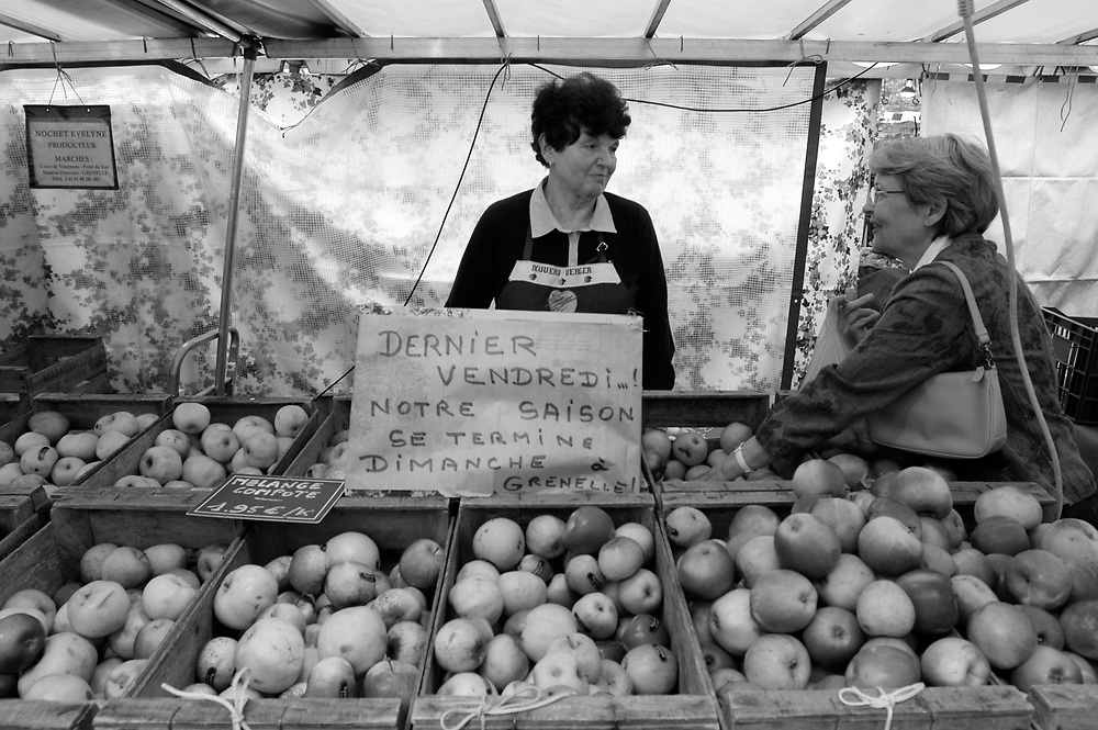 Evelyne Nochet, owner of the Nouveau Verger apple orchard in the Loire valley, selling ancient apple varieties at her stand in the Marché Mouton-Duvernet. .Paris, France. 19/06/2009..Photo © J.B. Russell