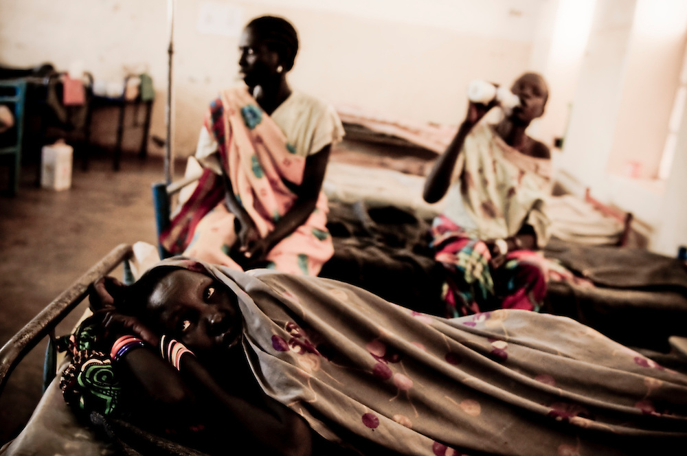 An expectant mother rests in a hospital bed, in Aweil, run jointly by MSF and the Sudanese Ministry of Health. The central town of Aweil sits just below the hotly contested border between North and South Sudan. A severely challenged health care infrastructure will be one of many obstacles a newly independent South Sudan will face should they separate from the North. (© William B. Plowman)