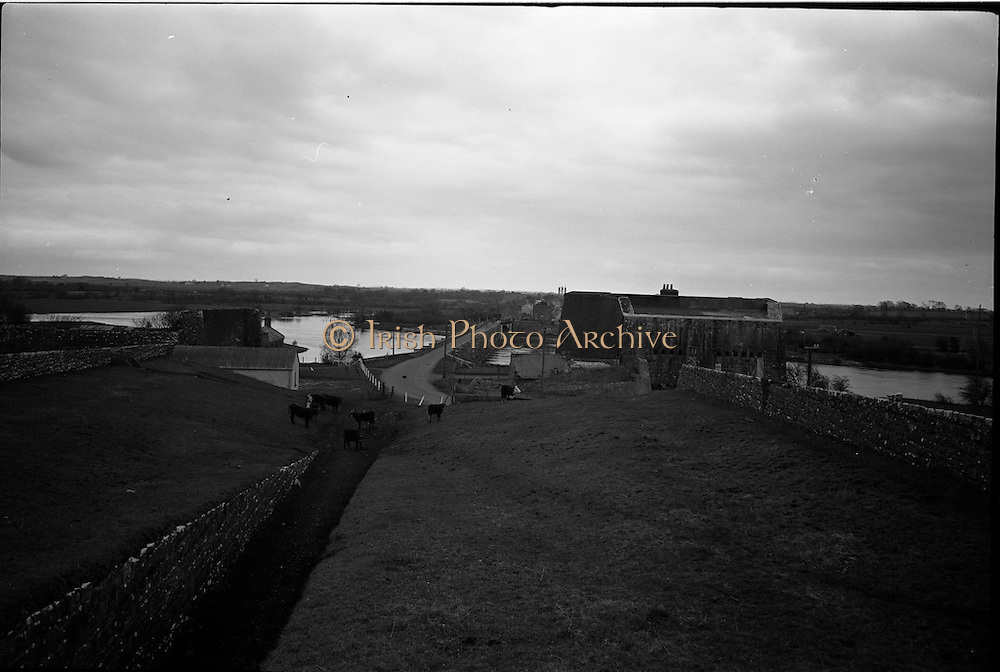 06-10/04/1964.04/06-10/1964.06-10 April 1964.Views on the River Shannon. Overlooking the beautiful crossing of the Shannon at Shannonbridge, are the massive ruins of the old artillery barracks and the Salt battery.