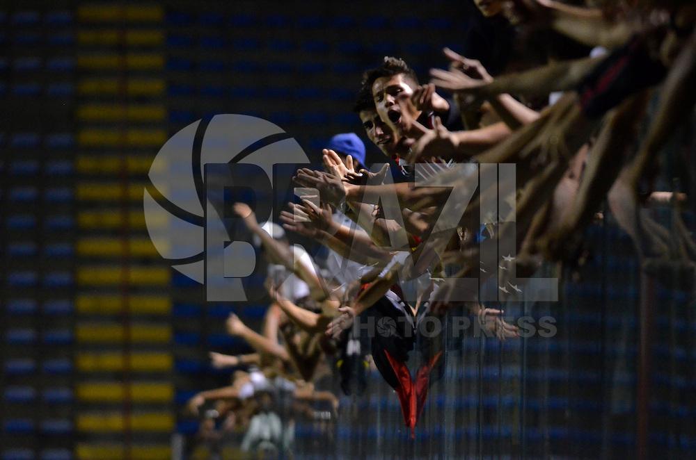 BARUERI, SP, 16.01.2014 - COPA SÃO PAULO DE FUTEBOL JUNIOR - SÃO PAULO x BRASILIA: Torcida comemora vitória após partida São Paulo x Brasilia, válida pelas oitavas de final da Copa São Paulo de Futebol Junior, disputada na Arena Barueri em Barueri. (Foto: Levi Bianco / Brazil Photo Press)