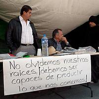 Toluca, Méx.- Los diputados del PRD, Federico del Valle y Basilio Avila en su campamento frente al congreso del estado donde mantienen una huelga de hambre iniciada el pasado 9 de Diciembre en demanda de aumentar 300 millones de pesos al presupuesto para el campo. Agencia MVT / Luis Alvarado. (DIGITAL)<br /> <br /> NO ARCHIVAR - NO ARCHIVE