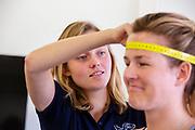 Op de VU in Amsterdam wordt een deelnemer getest als mogelijke atleet voor het team. In september wil het Human Power Team Delft en Amsterdam, dat bestaat uit studenten van de TU Delft en de VU Amsterdam, tijdens de World Human Powered Speed Challenge in Nevada een poging doen het wereldrecord snelfietsen voor vrouwen te verbreken met de VeloX 9, een gestroomlijnde ligfiets. Het record is met 121,81 km/h sinds 2010 in handen van de Francaise Barbara Buatois. De Canadees Todd Reichert is de snelste man met 144,17 km/h sinds 2016.<br /> <br /> With the VeloX 9, a special recumbent bike, the Human Power Team Delft and Amsterdam, consisting of students of the TU Delft and the VU Amsterdam, also wants to set a new woman's world record cycling in September at the World Human Powered Speed Challenge in Nevada. The current speed record is 121,81 km/h, set in 2010 by Barbara Buatois. The fastest man is Todd Reichert with 144,17 km/h.