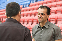 WIGAN, ENGLAND - Monday, August 24, 2009: Wigan Athletic's manager Roberto Martinez chats with AS journalist Guillem Balague at the club's DW Stadium. (Photo by David Rawcliffe/Propaganda)
