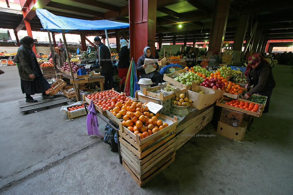 Ein Marktstand in Machatschkala, Dagestan. A market stand in Makhachkala, Dagestan.