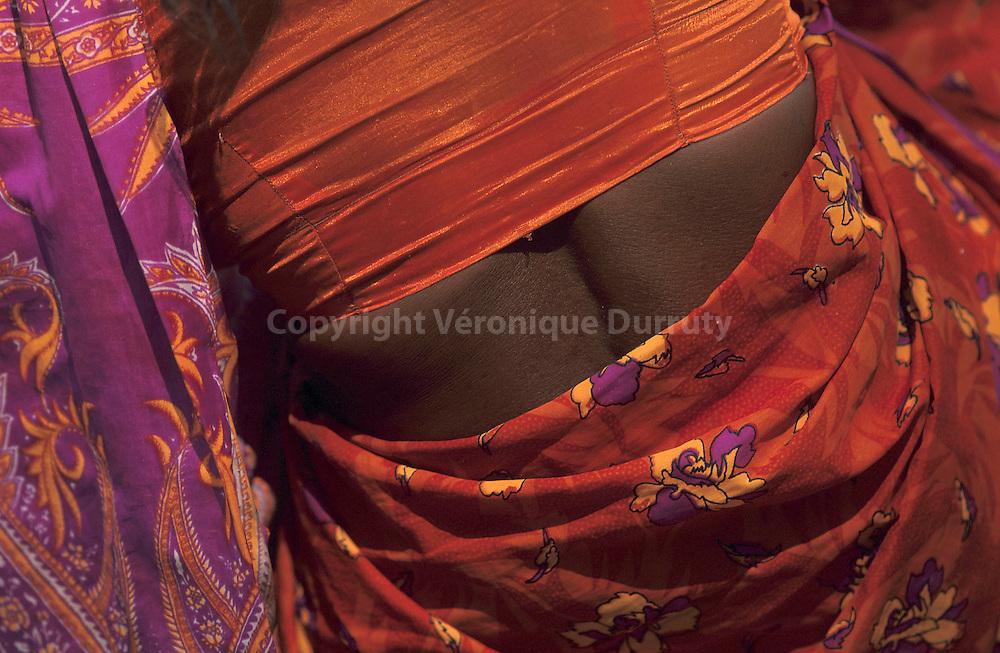 """Livre """"Parfums de l'Inde"""", p.43...Le sari n'est pas le vêtement traditionnel de L'Inde entière. Dans le Gujarat, comme dans le Rajasthan, les femmes portent une jupe ample, un petit haut qui laisse voir le ventre et le dos, et une pièce de tissu drapée des épaules aux hanches...Livre """"Parfums de l'Inde"""", p.43...Le sari n'est pas le vêtement traditionnel de L'Inde entière. Dans le Gujarat, comme dans le Rajasthan, les femmes portent une jupe ample, un petit haut qui laisse voir le ventre et le dos, et une pièce de tissu drapée des épaules aux hanches."""
