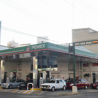 Toluca, México (Diciembre 31, 2016).- A horas de que los precios de los combustibles incrementen sus precios al público, en algunas gasolineras del de Toluca se registraron largas filas de personas y vehículos en espera de llenar sus tanques. Agencia MVT / Arturo Hernández.