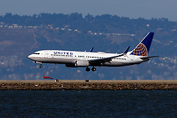 Boeing 737-824 (N77520) operated by United Airlines landing at San Francisco International Airport (KSFO), San Francisco, California, United States of America
