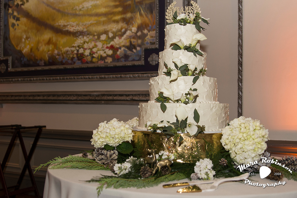 wedding cake with flowers by Tallmadge wedding photographer, Akron wedding photographer Mara Robinson Photography