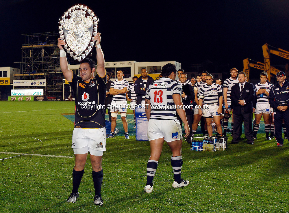 Wellington captain Piri Weepu is handed the shield by Auckland captain Ben Atiga.<br />