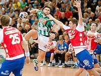 Pavel Horak (FAG) im Sprungwurf gegen rechts Gunnar Dietrich (TBV)