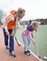 MEERSSSEN - Jeugdinternational Sian Keil geeft les. Funkey Fiesta op Hockeyclub HV Meerssen. FOTO KOEN SUYK