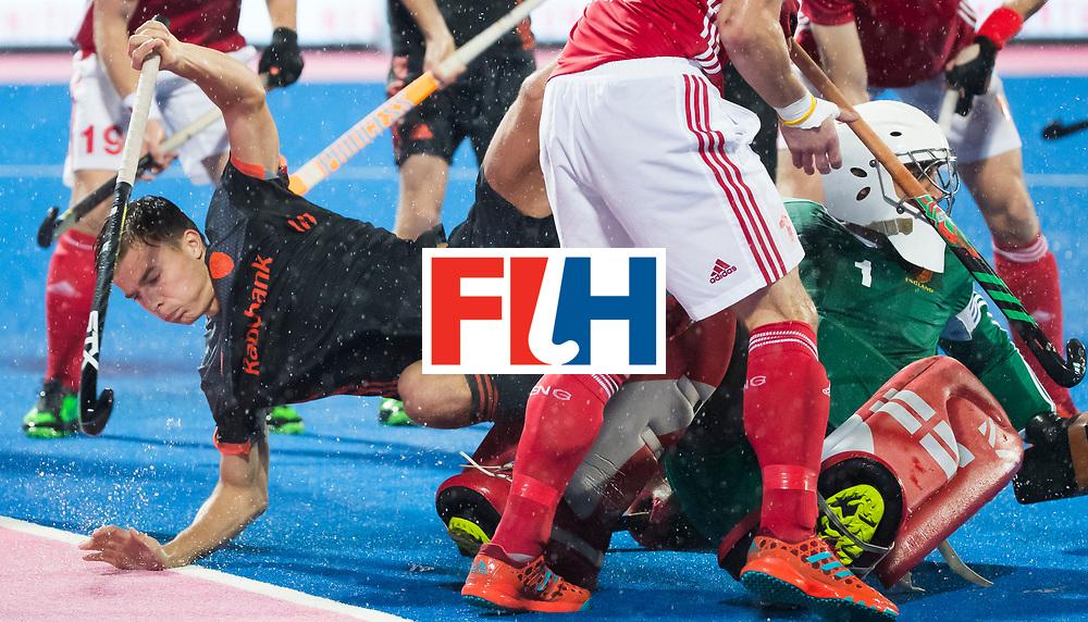 BHUBANESWAR -  Thijs van Dam (Ned) stuit op keeper George Pinner (Eng) tijdens de Hockey World League Finals , de wedstrijd om de 7e plaats, Engeland-Nederland (0-1).   COPYRIGHT KOEN SUYK