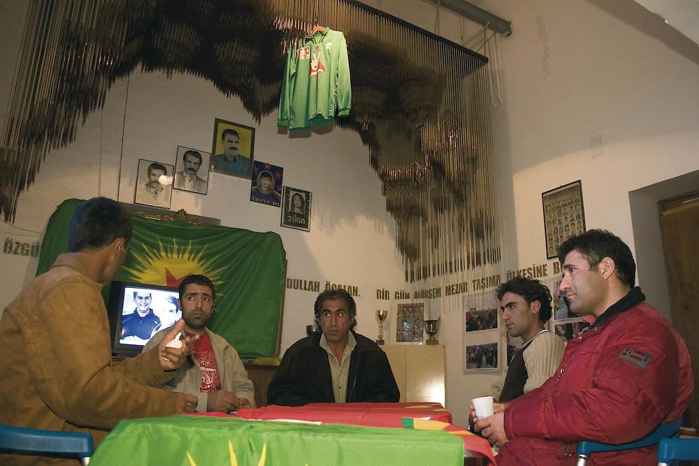 Riunione Kurda nel centro sociale di prima accoglienza Ararat a Roma.<br /> Questo punto di riferimento per tutti i profughi Kurdi che arrivano in Italia, se ne contano di passaggio pi&ugrave; di 6000.