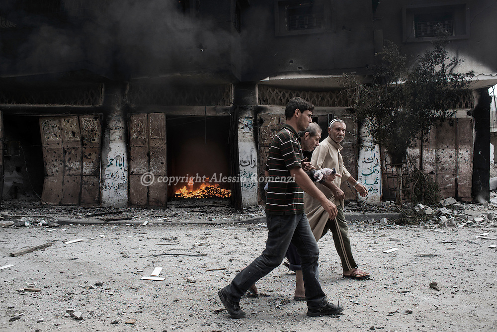 Gaza Strip, Gaza City: During a cease fire, Palestinians flee their house in Gaza's Shujaya district after a night of Israeli heavy shelling on the neighbourhood. ALESSIO ROMENZI