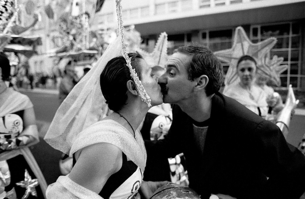 Bica's maestro kisses his wife to wish her luck in Liberdade Avenue Parade.