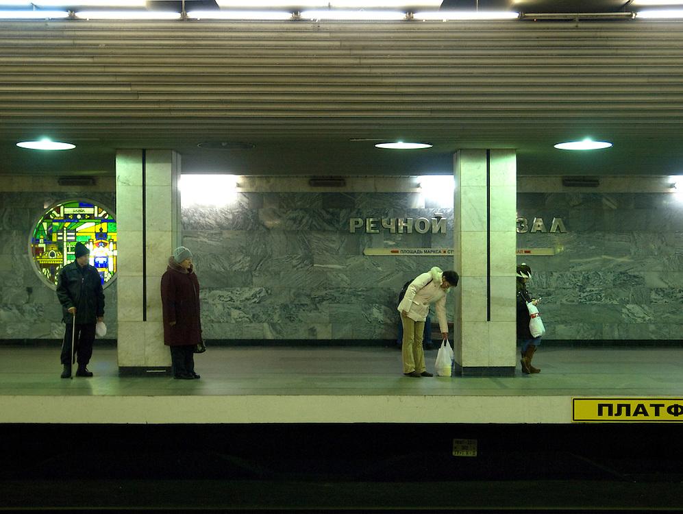 Nowosibirsk/Russische Foederation, RUS, 19.11.07: Unterirdische  Metrostation im Zentrum der sibirischen Hauptstadt Nowosibirsk.<br /> <br /> Novosibirsk/Russian Federation, RUS, 19.11.07: Underground tube station in the center of the Sibirian capitol Novosibirsk.