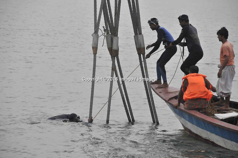 61530163<br /> Rescuers work in the Meghna river Relatives identify the bodies after the ferry accident in Munshiganj district, Dhaka, Bangladesh, May 16, 2014.  Bangladesh rescuers have dragged out 10 more bodies, raising the death toll to 22 in the ferry accident on river Meghna, after it sank in storm on Thursday afternoon,  Friday, 16th May 2014. Picture by  imago / i-Images<br /> UK ONLY
