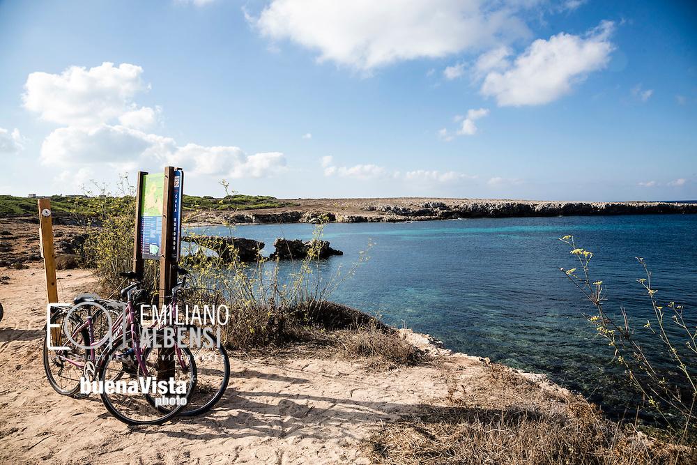 Favignana, Sicilia, Italia, 2016<br /> Cala Rotonda, a Favignana, Isole Egadi. Molti turisti noleggiano la bicicletta per assaporare ogni angolo nascosto dell'isola<br /> <br /> Favignana, Sicily, Italy, 2016<br /> Cala Rotonda (Round Bay) in Favignana, Aegadian Islands. Several tourists rent bikes to go discovering every hidden places of the island.