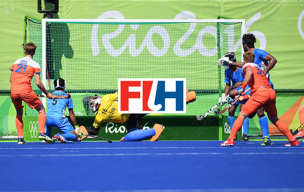 Netherland's Mink van der Weerden (R) score a goal during the men's field hockey Netherland's vs India match of the Rio 2016 Olympics Games at the Olympic Hockey Centre in Rio de Janeiro on August, 11 2016. / AFP / MANAN VATSYAYANA        (Photo credit should read MANAN VATSYAYANA/AFP/Getty Images)