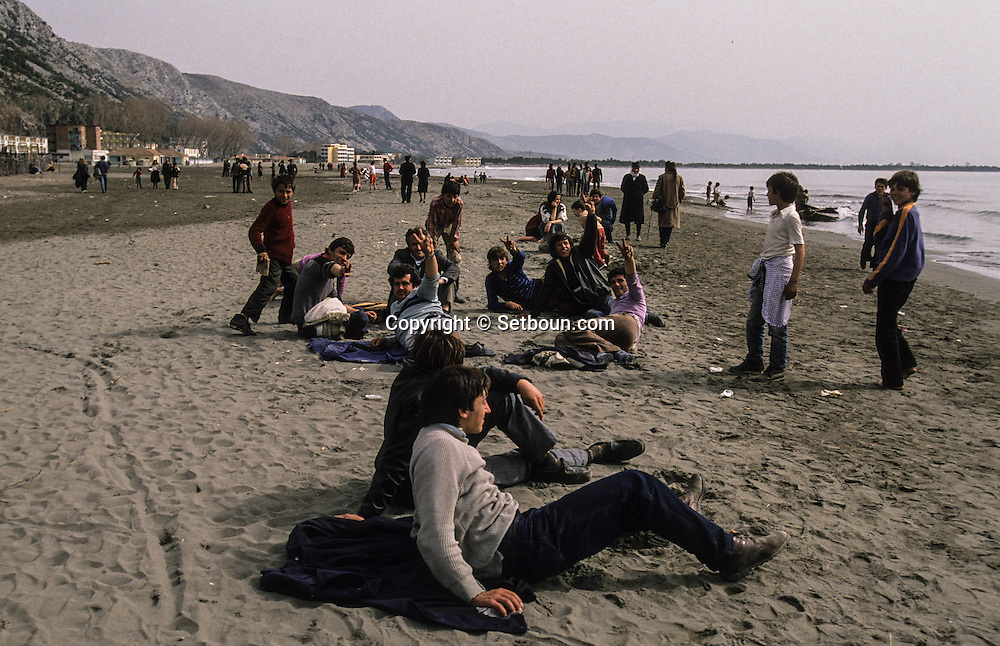Albania.   Shenji.   refugees trying to escape from the country; In the port of Shenjin  /  refugie essayant de fuir le pays, dans le port de Shenjin occupé par les candidats à l'exil  Shenjin  Albanie