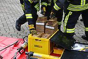 Ludwigshafen. 18.06.16 Opapa. Feuerwache 2.<br /> 18. Ludwigshafener Kompaktkurses Notfallmedizin 2016, welchen das Klinikum Ludwigshafen, die BG Klinik Ludwigshafen und die Feuerwehr Ludwigshafen gemeinsam durchführen. <br /> Praktische Übungen für angehende Notärztinnen und Notärzte aus ganz Deutschland, Rettungsdienst und Feuerwehr auf dem Programm. Etwa 60 Personen nehmen an den Veranstaltungen teil. <br /> <br /> Die Freiwillige Feuerwehr Oppau demonstriert dabei die Einsatztaktik bei der Rettung von Menschen aus Fahrzeugen anhand der Öffnung eines Autos mit hydraulischem Rettungsgerät.<br /> Bild: Markus Proßwitz 18JUN16 / masterpress